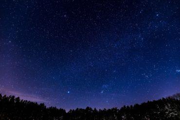 Fantastyczny świat baner rozgwieżdżone nocne niebo